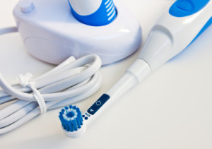 Wie oft eine elektrische Zahnbürste aufgeladen werden muss